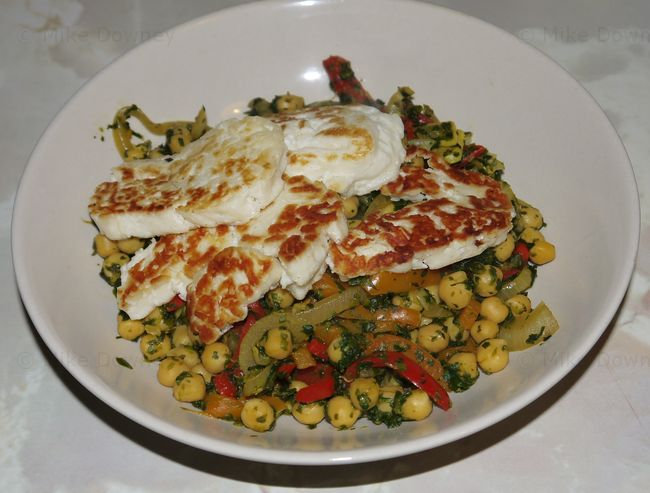 Chickpeas with spinach and halloumi